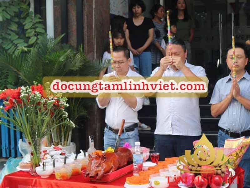 Lễ cúng khai trương cửa hàng cầu mong làm ăn thuận lợi, đông khách