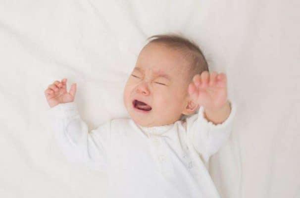 Bố mẹ cần bình tĩnh khi bé bị té ngã