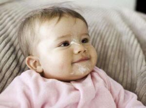 Sặc sữa là trường hợp thường xuyên xảy ra với trẻ sơ sinh