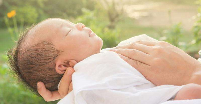 Cân nhắc vào thời tiết và mùa trong năm để tắm cho bé