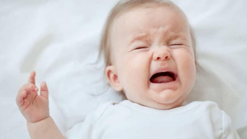 Mất ngủ, quấy khóc là triệu chứng của bé ở giai đoạn này