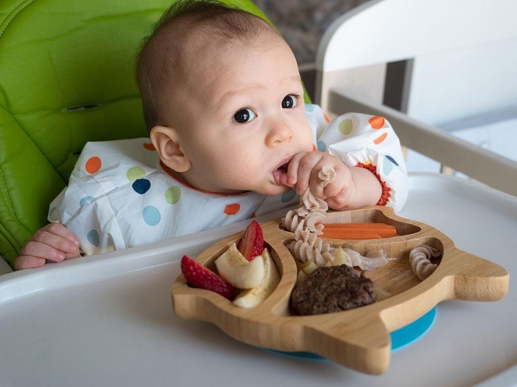 Thời gian đầu hãy cho bé ăn rau củ luộc hoặc hấp