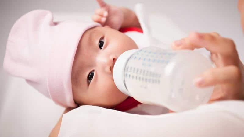 Áp dụng nguyên tắc kiên nhẫn khi tập cho bé bú bình