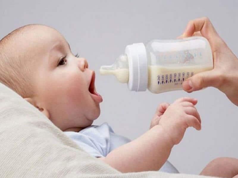 Những điều mẹ cần lưu ý khi cho bé bú bình