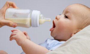 Tập cho bé bú bình giúp mẹ đỡ vất vả hơn